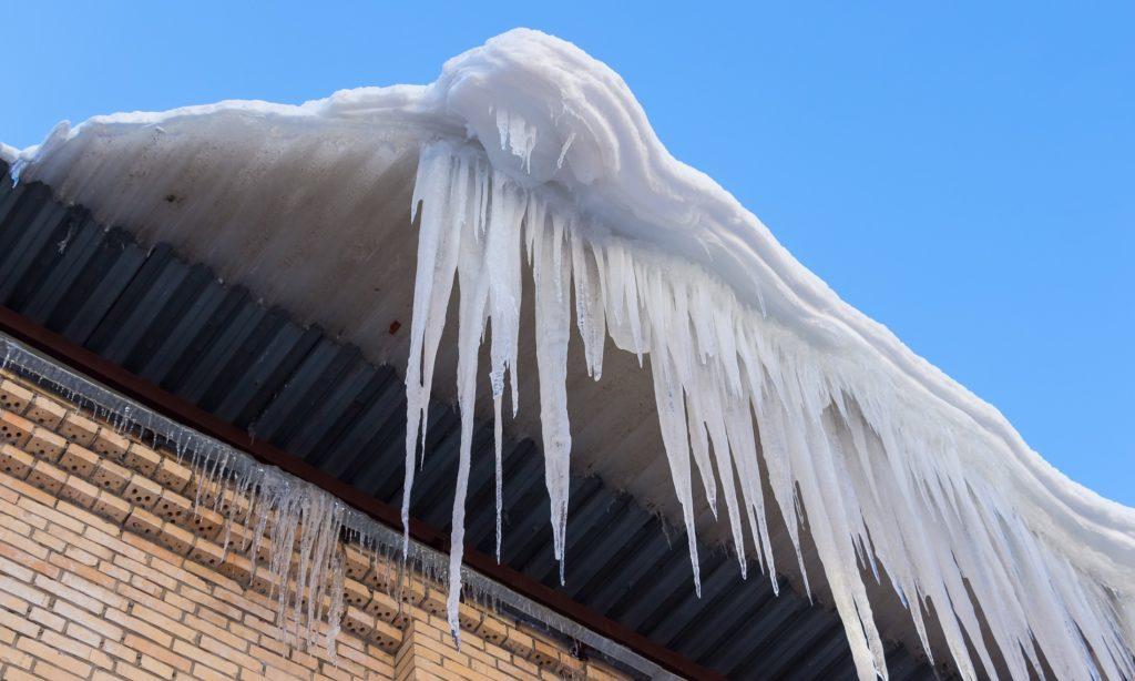 Уборка наледи на крыше в Харькове и Днепре